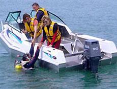 На снимке можно видеть эксперимент с практически полным заполнением лодки «Стаби-Крафт» водой по самые поручни, причем лодка по-прежнему уверенно держится на плаву.