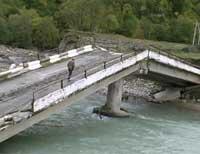 Разрушенный наводнением мост на Кубани.